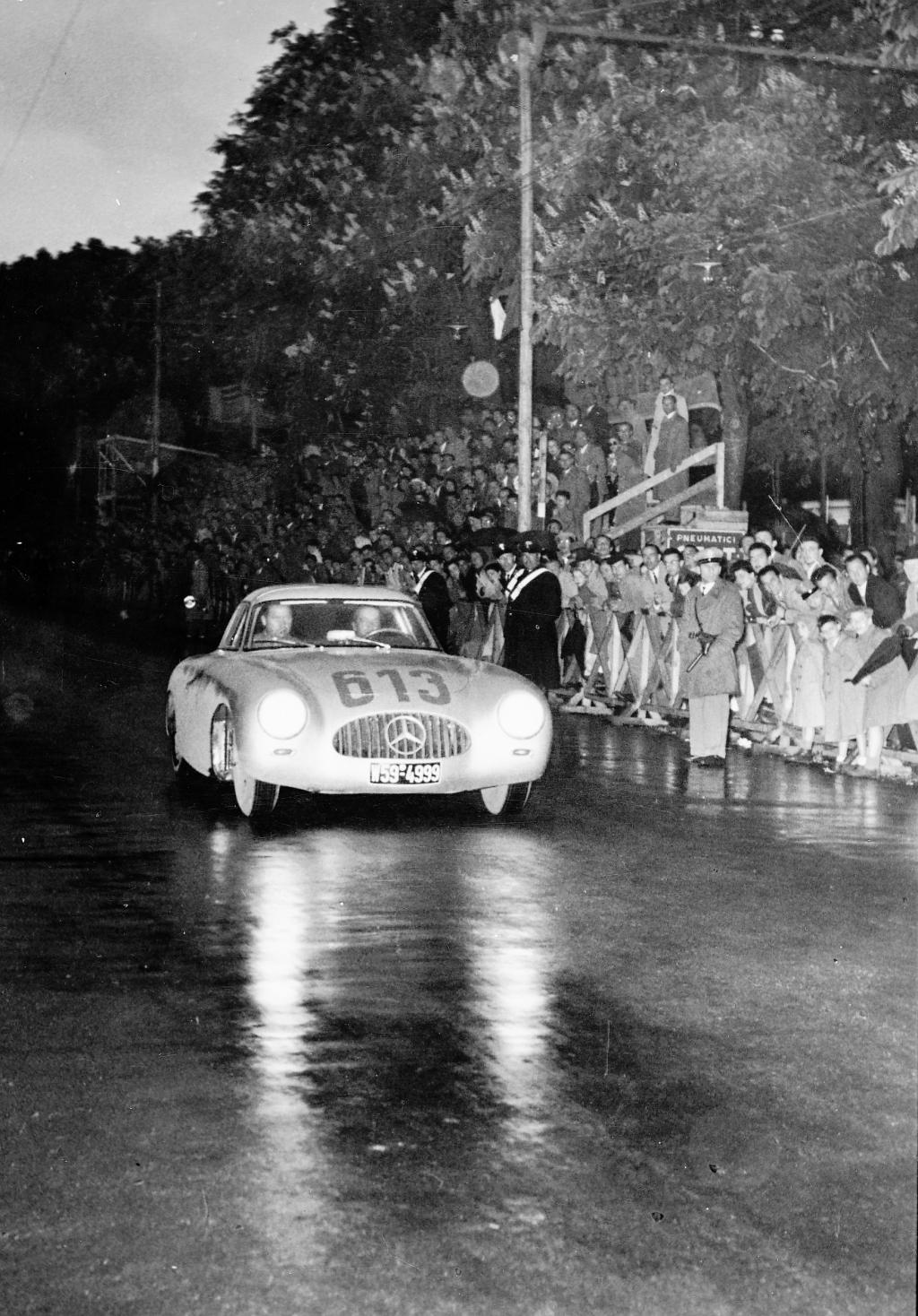 Mille Miglia, 3. bis 4. Mai 1952. Das Fahrerteam Rudolf Caracciola / Paul Kurrle (Startnummer 613) mit Rennsportwagen Mercedes-Benz Typ 300 SL (W 194, 1952) belegen den 4. Platz.
