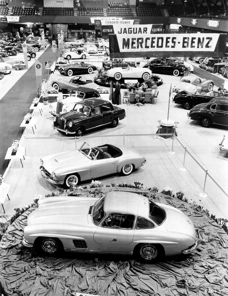 """Der Mercedes-Benz 300 SL (W 198 I, vorn) und der Typ 190 SL (W 121) dominieren den Stand des Importeurs Maximilian Hoffman auf der New Yorker """"International Motor Sports Show"""", die am 6. Februar 1954 eröffnet wird."""